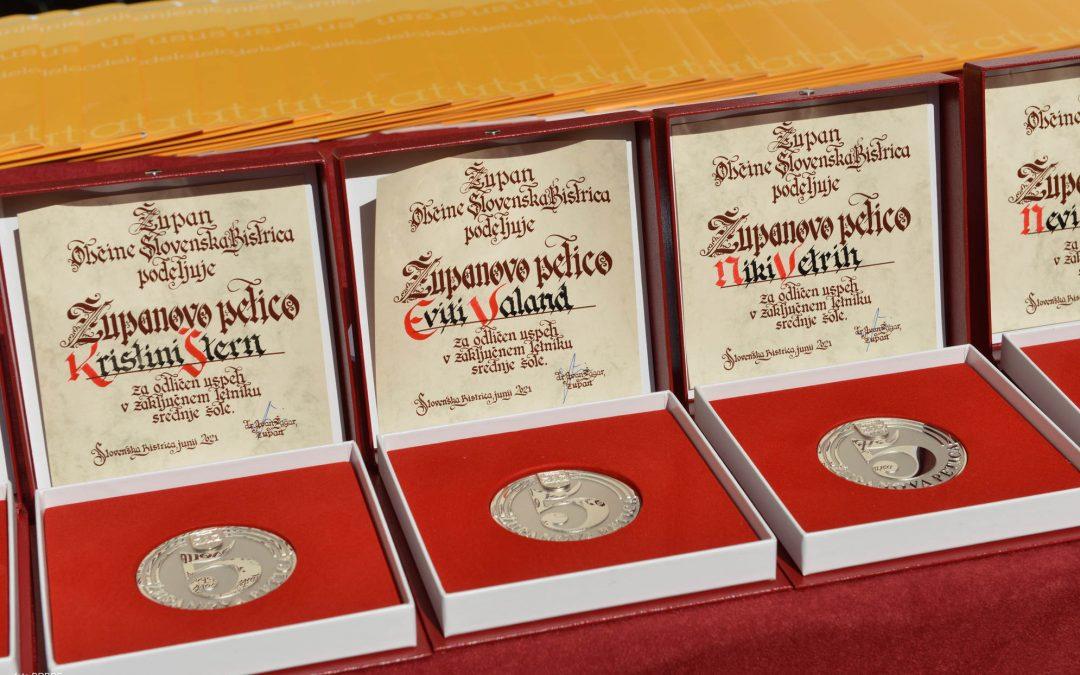 Tri zlate maturantke, štiri priznanja šole, dve nagradi šole in 14 županovih petic